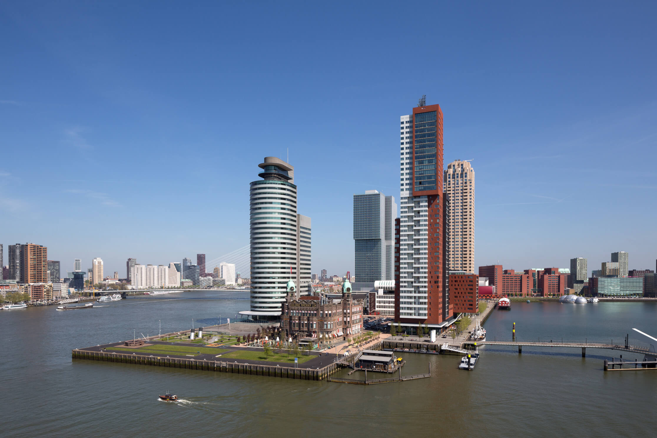 Picture of people looking at the Rotterdam skyline from the Euromast
