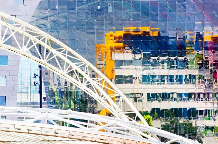 Bibliotheek Rotterdam, weerspiegeld in het glas van de Marrkthal. Foto: Iris van den Broek