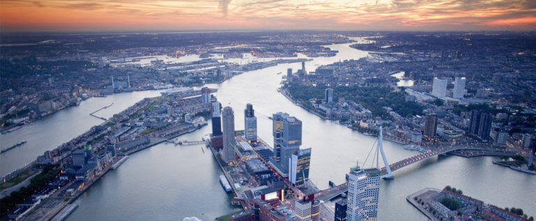 Rotterdam and the river Maas seen from the air. Photo: Gerhard van Roon, Kunst & Vliegwerk