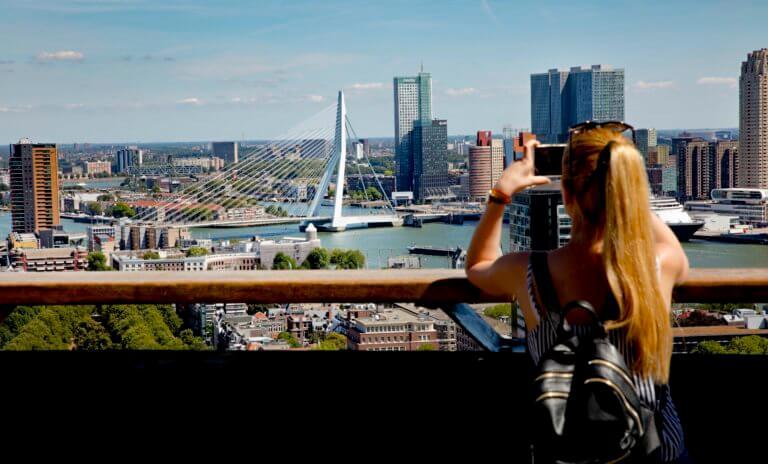 Vrouw maakt foto van het uitzicht vanaf de Euromast Rotterdam