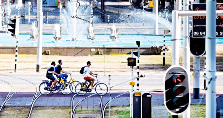 Picture of cyclists crossing Hofplein in Rotterdam city centre. Photo: Iris van den Broek